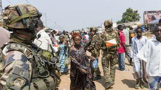 Des militaires français patrouillent dans les rues de Bangui, en Centrafrique, lundi 16 décembre 2013. (FRED DUFOUR / AFP)