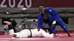 Teddy Riner et le Japonais Aaron Wolf lors de la finale de l'épreuve mixte par équipes en judo, où la France a été sacrée championne olympique, samedi 31 juillet 2021. (JACK GUEZ / AFP)