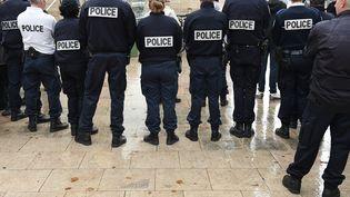 """Le think-tank Terra Nova dresse un constat """"sombre"""" sur les liens entre la police et les citoyens. Ici, des policiers, le 25 octobre 2016 à Bordeaux (Gironde). (NICOLAS TUCAT / AFP)"""