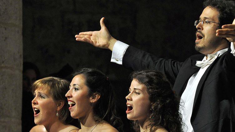 """Le maestro argentin Leonardo Garcia Alarcon et trois des chanteuses de l'opéra """"Il Diluvio universale"""", à Lyon pour la première fois avant la suite de sa tournée jusqu'en Amérique du Sud.  (CCR Ambronay B. Pichene)"""