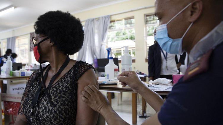 Début de vaccination du personnel sanitaire, le 18 février 2021, à l'hôpital de Klerksdorp, en Afrique du Sud. (PHILL MAGAKOE / AFP)