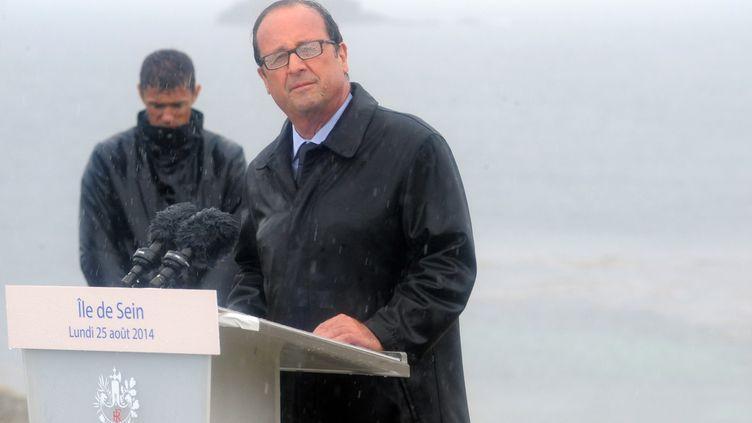 François Hollande en plein discours, sous une pluie battante, sur l'île de Sein (Finistère), lundi 25 août, 2014, à l'occasion du 70e anniversaire de la Libération. (FRED TANNEAU / AFP)