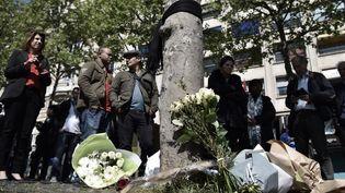 Les hommages rendus par des passants au policiertué jeudi sur les Champs-Elysées lors d'un attentat terroriste, photo du 21 avril 2017 (PHILIPPE LOPEZ / AFP)