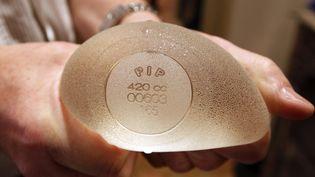 Une prothèse mammaire de la marque Poly Implant Prothese (PIP), accusée d'être inflammatoire voire cancérigène, le 26 décembre 2011 dans une clinique de Nice.  (ERIC GAILLARD / REUTERS)