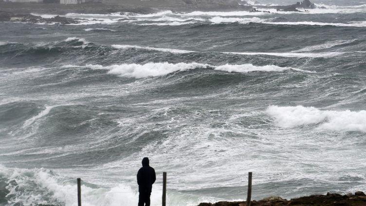 Defortes vagues lors de vents violents sur la pointe de la Torche à Plomeur (Finistère), le 12 mars 2018 (illustration). (FRED TANNEAU / AFP)