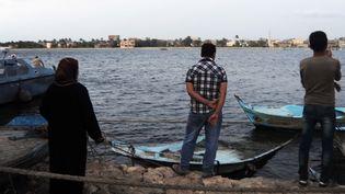 Des personnes attendant des retours de l'opération de sauvetage après le naufrage d'uneembarcation de migrants, le 21 septembre 2016 au large de la ville de Rosette, dans le nord de l'Egypte. (STRINGER / AFP)