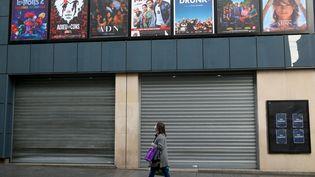 Une passante devant un cinéma de Nancy fermé durant le reconfinement, le 21 décembre 2020. (NICOLAS GUYONNET / HANS LUCAS via AFP)