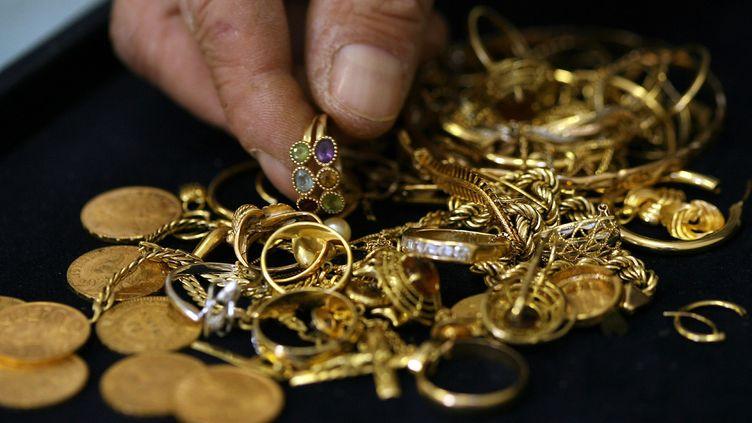 """Lors des perquisitions, """"1,4 kg de bijoux, 21 pièces d'or et du matériel multimédia"""" ont été saisis. (MAXPPP)"""