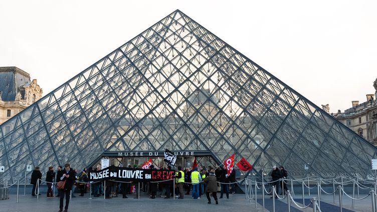 Entrée du Louvre le 17 janvier 2020, des manifestants bloquent l'entrée (JEROME GILLES / NURPHOTO)
