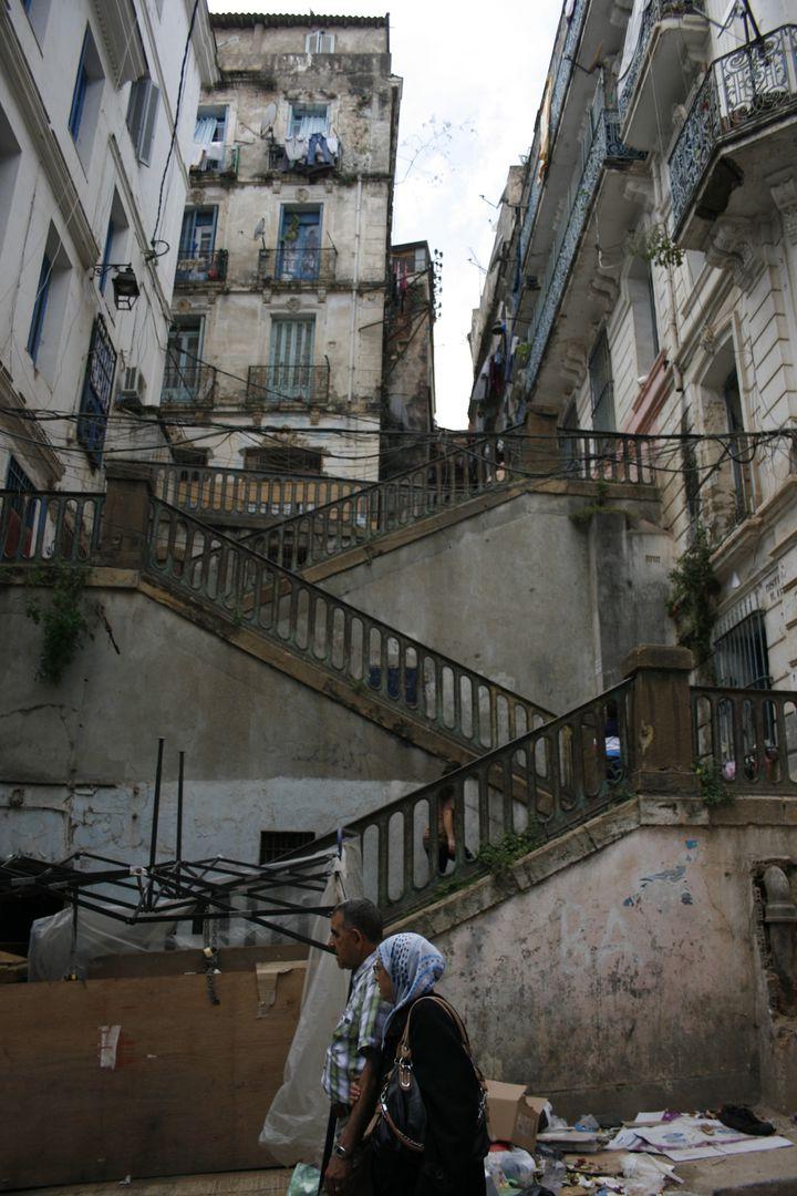 Des escaliers dans la Casbah d'Alger (Algérie), le 15 avril 2014. (GAEL COGNE / FRANCETV INFO)