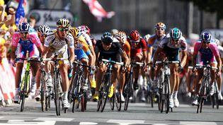 Le coureur britannique Mark Cavendish (en jaune et blanc) se détache du peloton pour remporter l'étape du Tour de France à Bordeaux, le 23 juillet 2010. (BRYAN LENNON / GETTY IMAGES EUROPE)