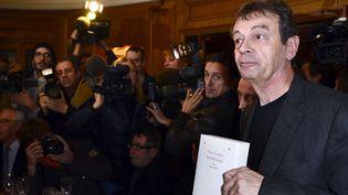 """Pierre Lemaitre, chez Drouant, montre son roman, """"Au revoir là-haut"""",pour lequel il a reçu le prix Goncourt(4 novembre 2013)  (Eric Feferberg / AFP)"""