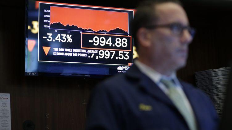 Un trader à New York le 24 février 2020, alors que les places financières mondiales chutaient à cause de la peur des conséquences du coronavirus Covid-19 sur l'économie. (JOHN ANGELILLO / MAXPPP)