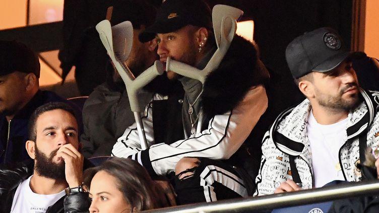 Neymar le 9 février 2019 dans les tribunes du Parc des Princes à Paris à l'occasion du match de Ligue 1 du PSG contre Bordeaaux. (FRANCK FIFE / AFP)