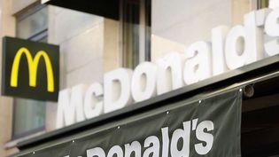 Le groupe McDonald's, qui souhaitait communiquer sur le fait qu'il avait décidé de bannir les bouteilles de plastique de ses points de vente d'ici la fin de l'année pour des raisons écologiques, se retrouve dans une polémique. Explications. (CAPTURE ECRAN FRANCE 3)