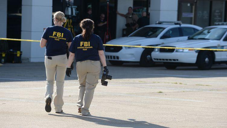Des agents du FBI sur la scène d'une fusillade à Chattanooga (Tennessee, Etats-Unis), le 16 juillet 2015. (JASON DAVIS / GETTY IMAGES NORTH AMERICA / AFP)