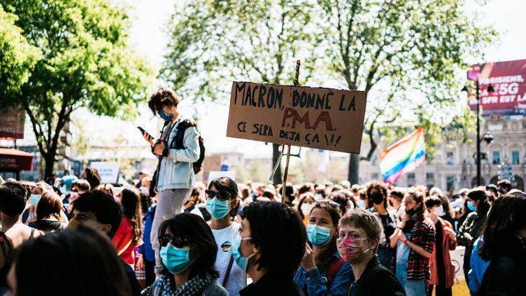 """Des manifestants réclament l'extension de la PMA lors de la """"marche lesbienne"""" à Paris, le 25 avril 2021. (XOSE BOUZAS / HANS LUCAS / AFP)"""