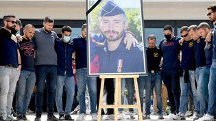 Hommage rendu à Eric Masson par ses collègues devant le commissariat d'Avignon le 9 mai 2021. (NICOLAS TUCAT / AFP)