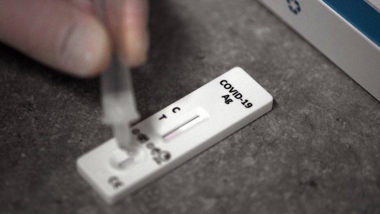 Démonstration d'un test antigénique de dépistage du Covid-19. (INA FASSBENDER / AFP)