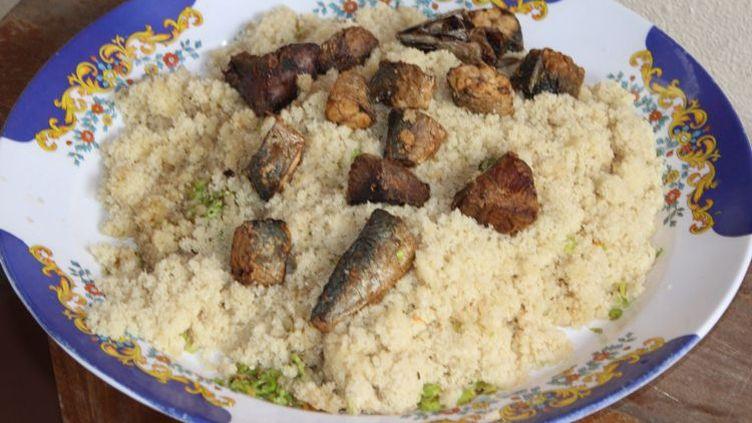 Plat d'attiéké, sorte de semoule de manioc cuisiné avec du thon salé. (Wikicommon)