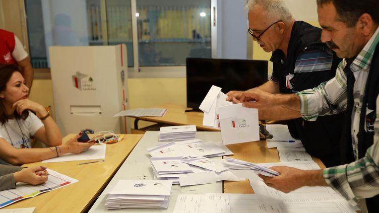 Des personnes déouillent les votes après les élections législatives du 6 mai 2018, à Beirut (Liban). (ANWAR AMRO / AFP)