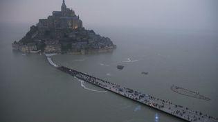 Vue aérienne du Mont Saint-Michel, le 20 mars 2015, où sont attendus de nombreux touristes à l'occasion d'une importante marée. ( PASCAL ROSSIGNOL / REUTERS)
