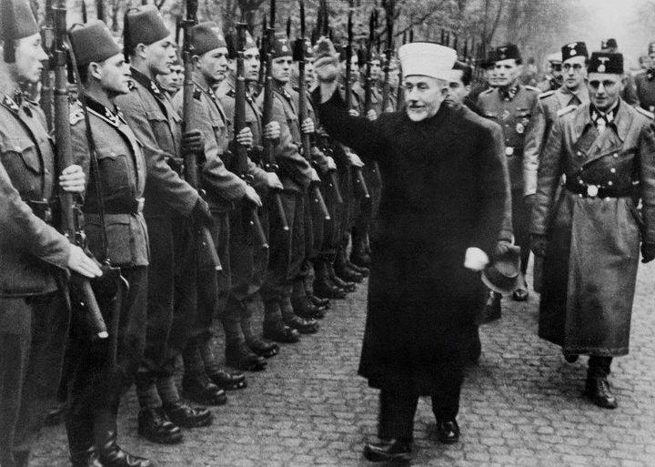 Amin al-Husseini passe en revue les troupes de volontaires bosniaques engagés dans la Waffen SS le 13 janvier 1944. (AFP ARCHIVES / AFP)