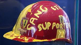 Un casque de mineur aux couleurs du Racing Club de Lens au musée du Louvre-Lens  (France3/Culturebox)