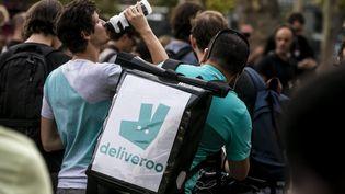 Les livreurs Deliveroo se mobilisent mercredi 7 juillet, pour la deuxième fois en une semaine, pour protester contre la nouvelle grille tarifaire. (VINCENT ISORE / MAXPPP)
