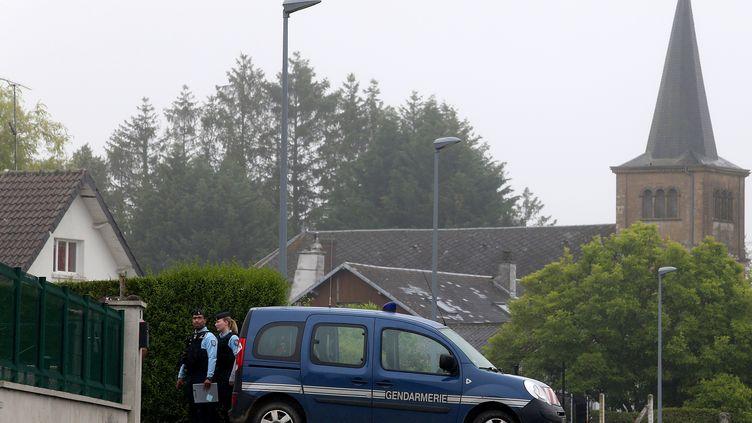 Des gendarmes se rendent dans une maison appartenant à Michel Fourniret àVille-sur-Lumes (Ardennes)pour y réaliser des prélèvements, le 22 juin 2020. (FRANCOIS NASCIMBENI / AFP)