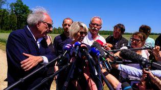 Reconstitution du meurtre d'Alexia Daval dans le bois d'Esmoulins, le17 juin 2019 en présence de Maître Gilles-Jean Portejoie (G) et des parents d'Alexia, Isabelle et Jean-Pierre Fouillot. (JEAN-FRANÇOIS FERNANDEZ / RADIO FRANCE)