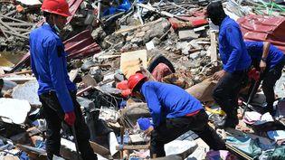 Des secouristes recherchent, le 2 octobre 2018, des survivants à Palu, sur l'île de Célèbes (Indonésie). (ADEK BERRY / AFP)
