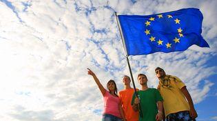 Un groupe de jeunes photographié avec le drapeau européen en août 2010. (PHILIPPE TURPIN / MAXPPP)