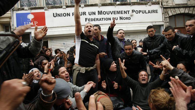 Des sans-papiers manifestent devant le siège de l'UMP à Lille (Nord), le 2 mai 2012. (EDOUARD BRIDE / MAXPPP)