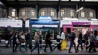Des voyageurs sur un quai de la gare Saint-Lazare à Paris mardi 31 mai 2016, à la veille d'une grèvereconductible de jour en jour lancée par trois syndicats de la SNCF. (RODRIGO AVELLANEDA / ANADOLU AGENCY / AFP)