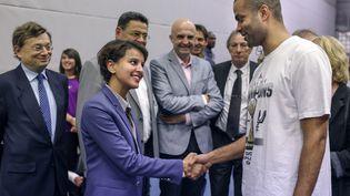 Le basketteur, Tony Parker, et la ministre des Droits des femmes, Najat Vallaud-Belkacem, le 21 juillet 2014. (PHILIPPE MERLE / AFP)