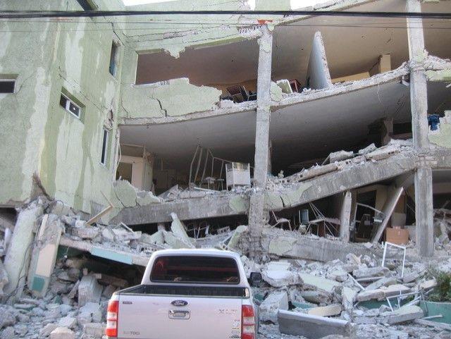 Une école de Port-au-Prince effondrée lors du séisme du 12 janvier 2010 (Photo Jacques Marie)