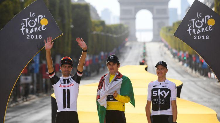 Geraint Thomas,Tom Dumoulin et Christopher Froome sur le podium du Tour de France, le 29 juillet 2018 à Paris. (STEPHANE MANTEY / POOL AF)