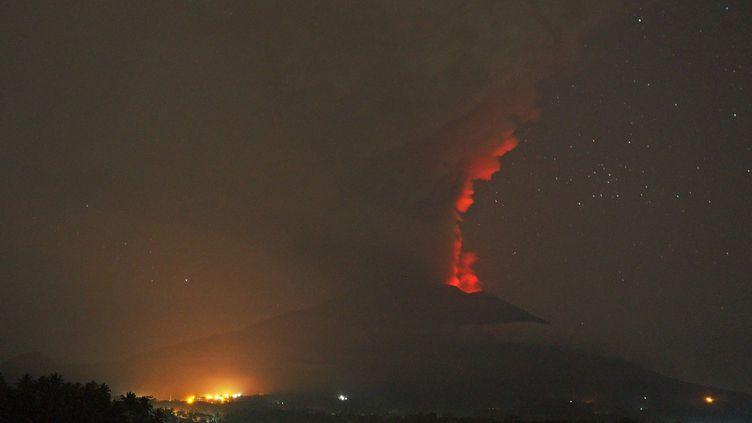 De la fumée noire et de la lumière rouge pouvaient être observées, mardi 28 novembre 2017, sur le volcan Agung, sur l'île de Bali (Indonésie). (MAHENDRA MOONSTAR / ANADOLU AGENCY)