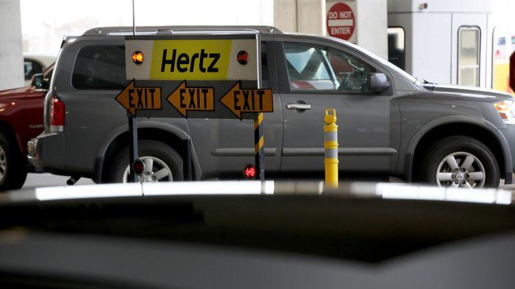 Un véhicule de location Hertz à l'aéroport de San Francisco (Californie, Etats-Unis), le 30 avril 2020. (JUSTIN SULLIVAN / GETTY IMAGES NORTH AMERICA / AFP)