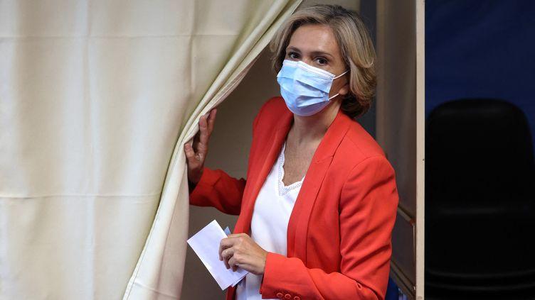 La présidente de la région Ile-de-France, Valérie Pécresse, vote lors du second tour des élections régionales et départementales, le 27 juin 2021 àVelizy-Villacoublay (Yvelines). (THOMAS COEX / AFP)