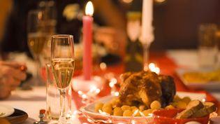 C'est lors du dîner de Noël que le risque d'infarctus est le plus important. (Photo d'illustration) (PHOTOALTO / SIGRID OLSSON / GETTY)