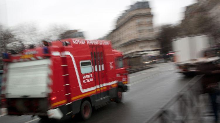 Un camion de pompier le 12 janvier 2011 à Paris. (Photo d'illustration) (LOIC VENANCE / AFP)