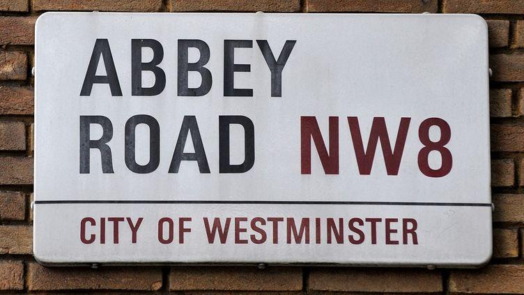 La plaque de la rue Abbey Road, dans le nord de Londres, créée par le designerMisha Black en 1967. (CARL DE SOUZA / AFP)