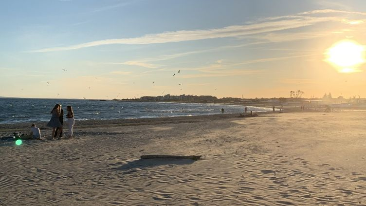 Les premiers vacanciers arrivent sur les plages du Cap d'Agde, dans l'Hérault. (THIRARD, AURÉLIEN / FRANCE-INFO)