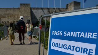 Un signe spécifiant que le pass sanitaire est obligatoire au château de Caen (Calvados) le 20 juillet 2021. (ARTUR WIDAK / NURPHOTO / AFP)