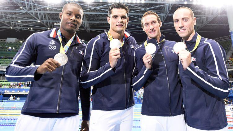 Mehdy Metella, Fabien Gilot, Florent Manaudou etJeremy Straviusposent avec leur médaille d'argent en relais 4x100 mètres nage libre lors des Jeux olympiques de Rio (Brésil), le 7 août 2016. (STEPHANE KEMPINAIRE / DPPI MEDIA / AFP)