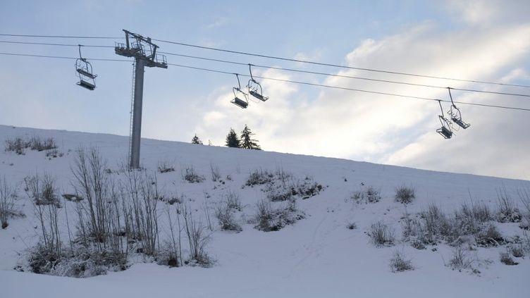 Des remontées mécaniques fermées, le 26 décembre 2020 à La Clusaz (Haute-Savoie). (GIACOMO ITALIANO / HANS LUCAS / AFP)