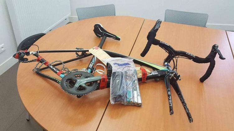 Le vélo truqué et le dispositif ont été exposés lors d'une conférence de presse en octobre 2017. (RADIO FRANCE / BENJAMIN FONTAINE)
