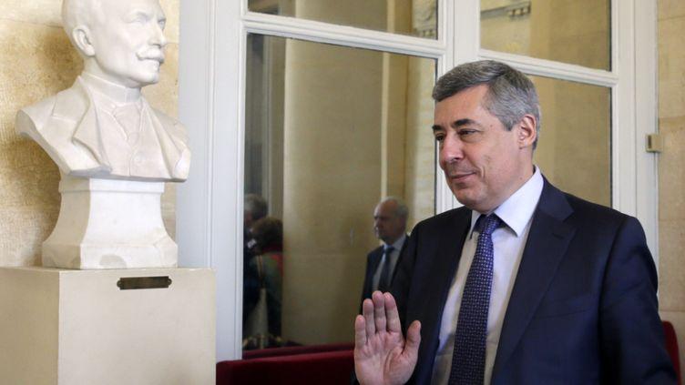 Henri Guaino, le 3 avril 2013, dans les couloirs de l'Assemblée nationale, à Paris. (KENZO TRIBOUILLARD / AFP)